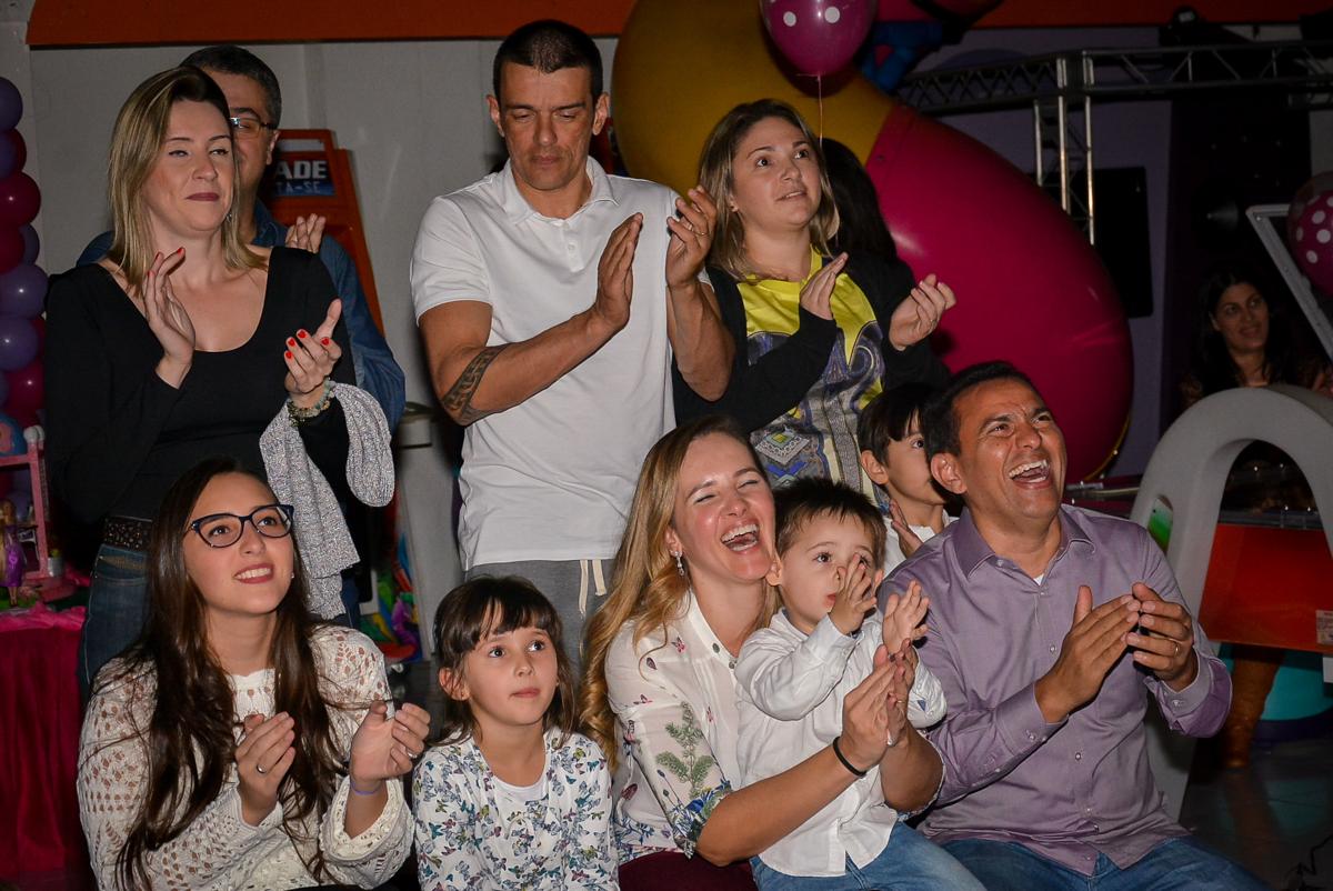 aplausos-fim-da-retrospectiva-no-buffet-magic-joy-saude-sao-paulo-sp-fotografia-infantil-aniversario-de-isadora-6-anos-tema-da-festa-rapunzel