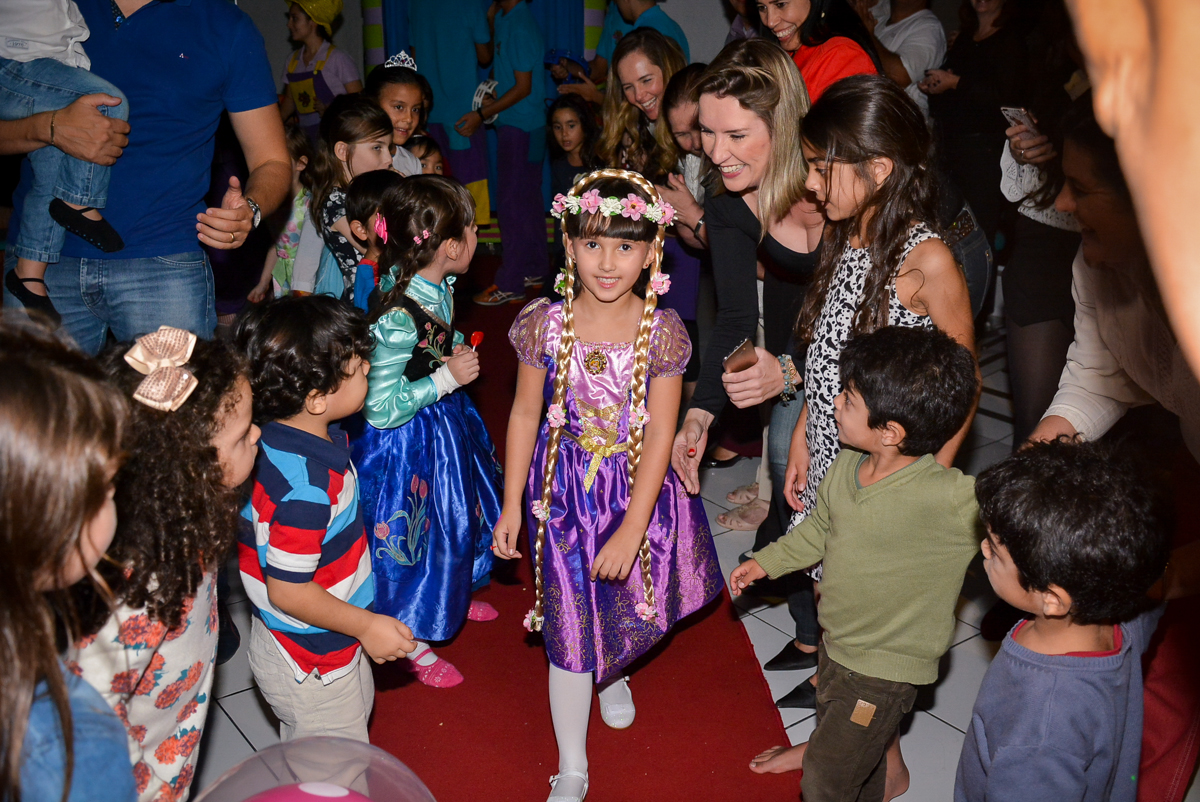 saindo-da-maquina-do-parabens-no-buffet-magic-joy-saude-sao-paulo-sp-fotografia-infantil-aniversario-de-isadora-6-anos-tema-da-festa-rapunzel