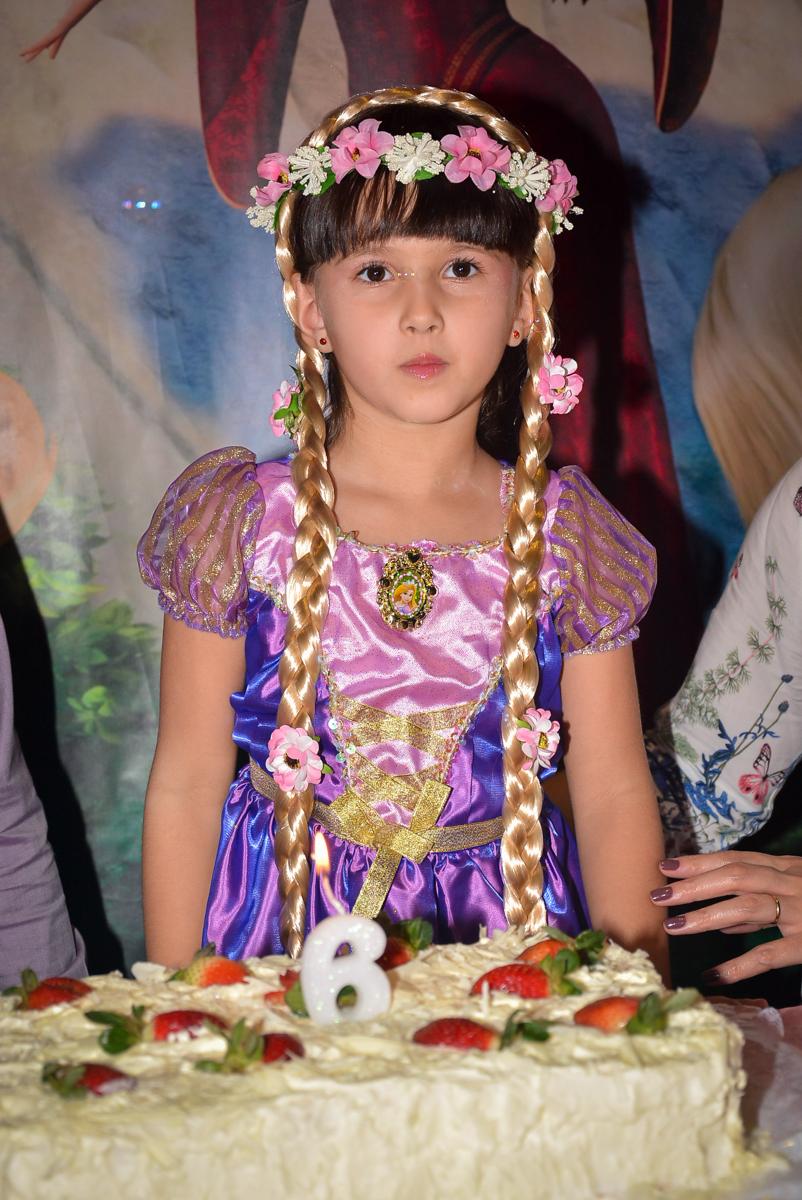 aniversariante-feliz-no-buffet-magic-joy-saude-sao-paulo-sp-fotografia-infantil-aniversario-de-isadora-6-anos-tema-da-festa-rapunzel