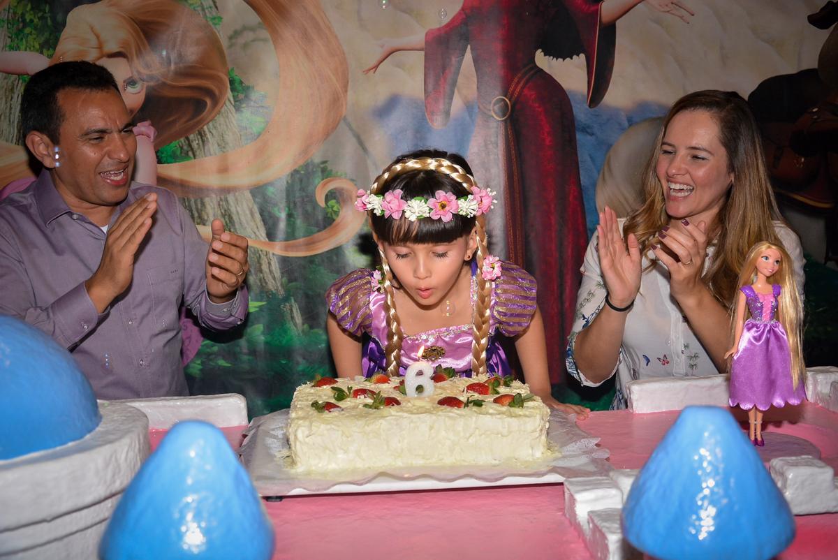 soprando-a-velinha-do-bolo-no-buffet-magic-joy-saude-sao-paulo-sp-fotografia-infantil-aniversario-de-isadora-6-anos-tema-da-festa-rapunzel