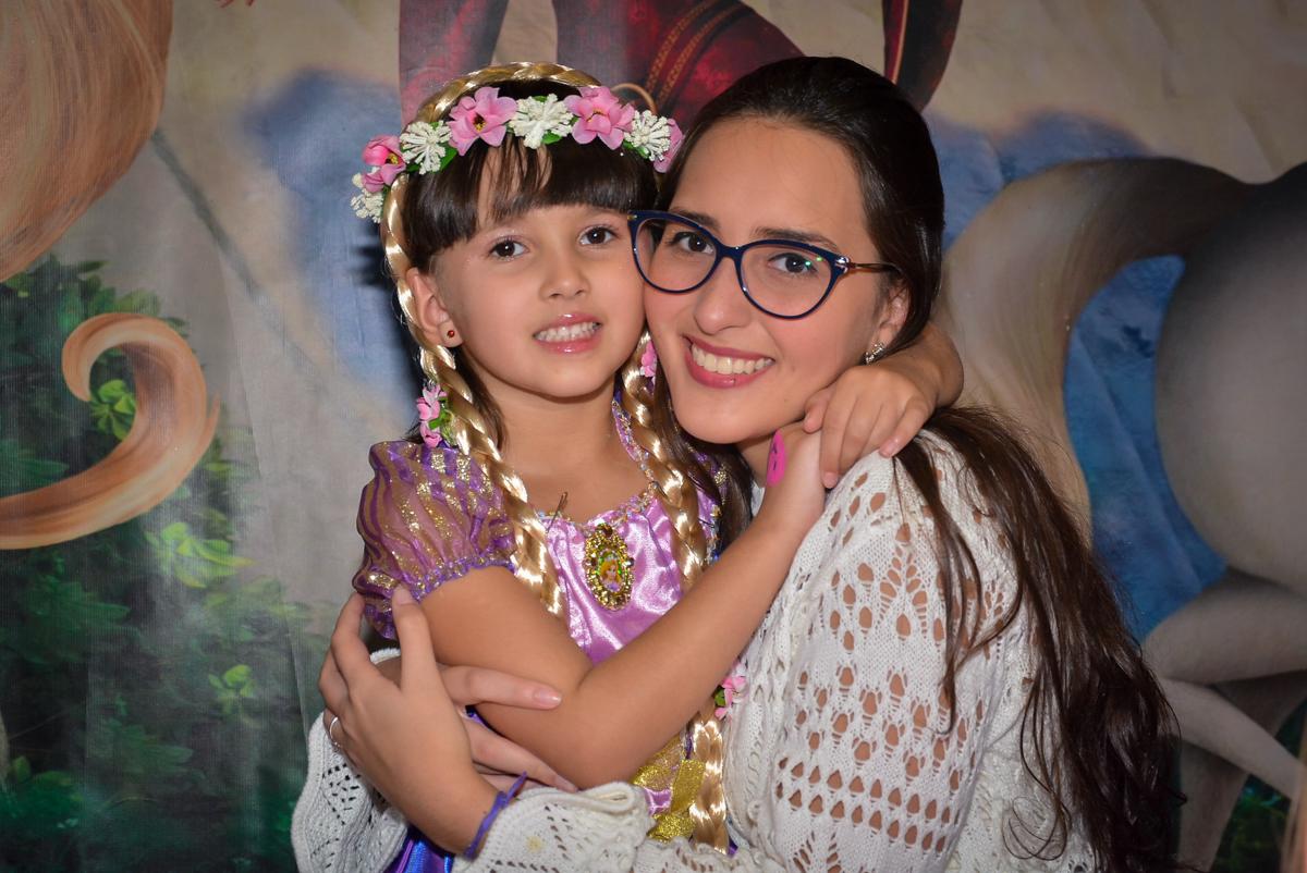 abraço-da-irmã-no-buffet-magic-joy-saude-sao-paulo-sp-fotografia-infantil-aniversario-de-isadora-6-anos-tema-da-festa-rapunzel
