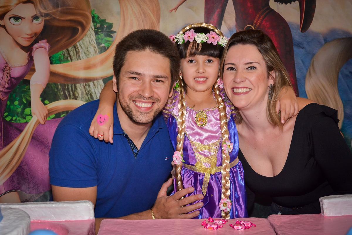 fotografia-com-os-tios-no-buffet-magic-joy-saude-sao-paulo-sp-fotografia-infantil-aniversario-de-isadora-6-anos-tema-da-festa-rapunzel