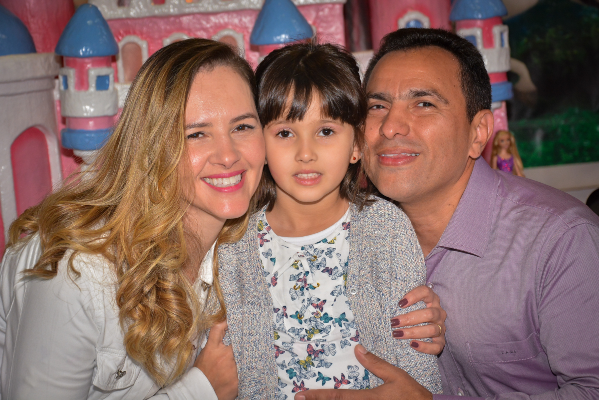 familia-feliz-na festa-no buffet-magic-joy-saude-sao-paulo-sp-fotografia-infantil-aniversario-de-isadora-6-anos-tema-da-festa-rapunzel