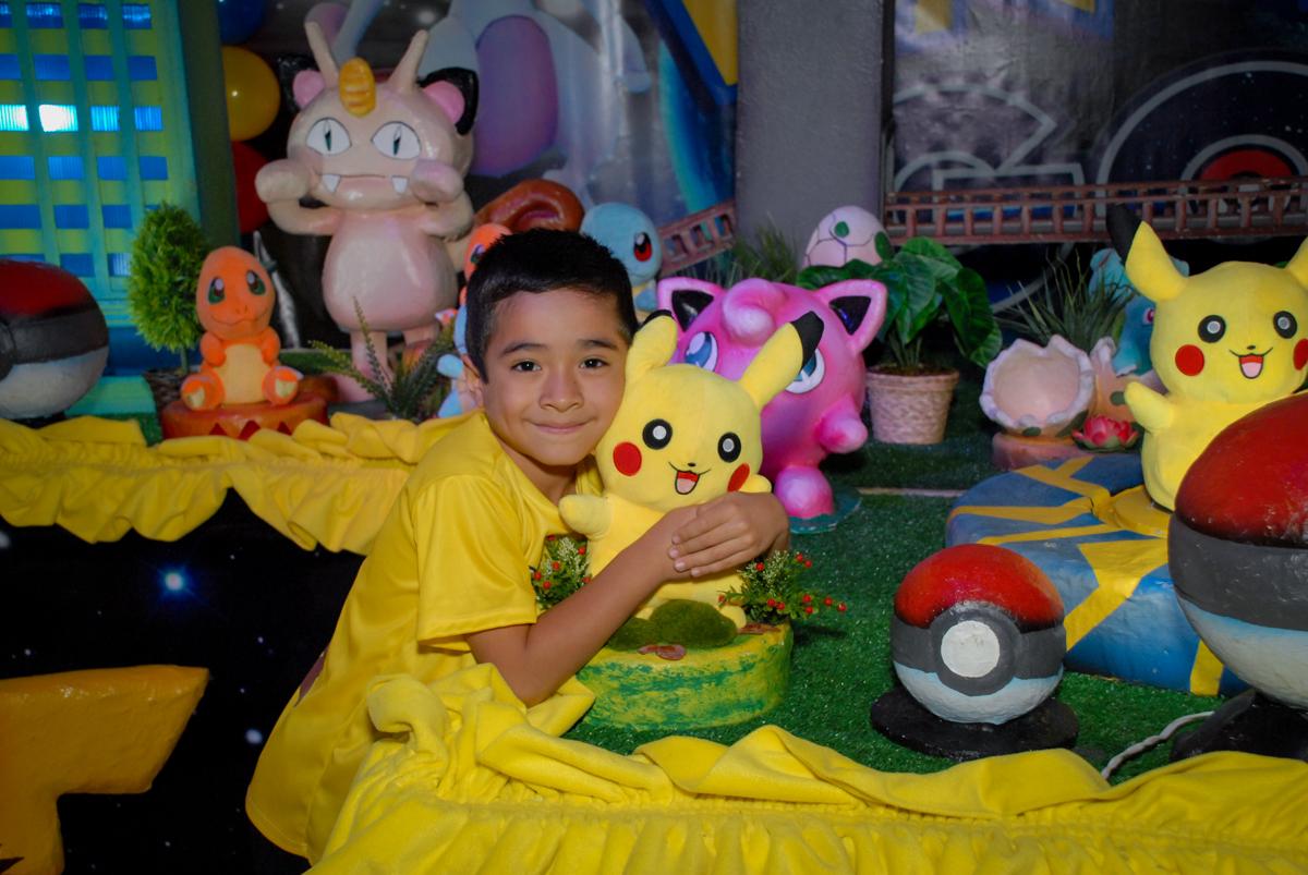 pose-para-foto-no-buffet-planeta-kids-lapa-são-paulo-sp-fotografia-filmagem-infantil-aniversário-rafael-7-anos-tema-da-festa-pokemon