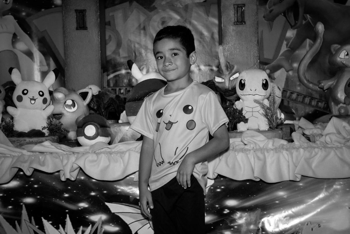 foto-do-aniversariante-no-buffet-planeta-kids-lapa-são-paulo-sp-fotografia-filmagem-infantil-aniversário-rafael-7-anos-tema-da-festa-pokemon