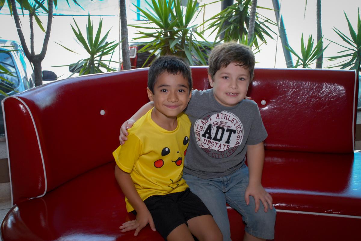 foto-com-o-amigo-no-buffet-planeta-kids-lapa-são-paulo-sp-fotografia-filmagem-infantil-aniversário-rafael-7-anos-tema-da-festa-pokemon