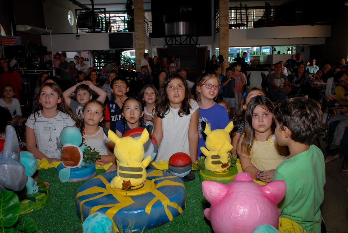 amigos-se-preparam-para-o-parabéns-no-buffet-planeta-kids-lapa-são-paulo-sp-fotografia-filmagem-infantil-aniversário-rafael-7-anos-tema-da-festa-pokemon
