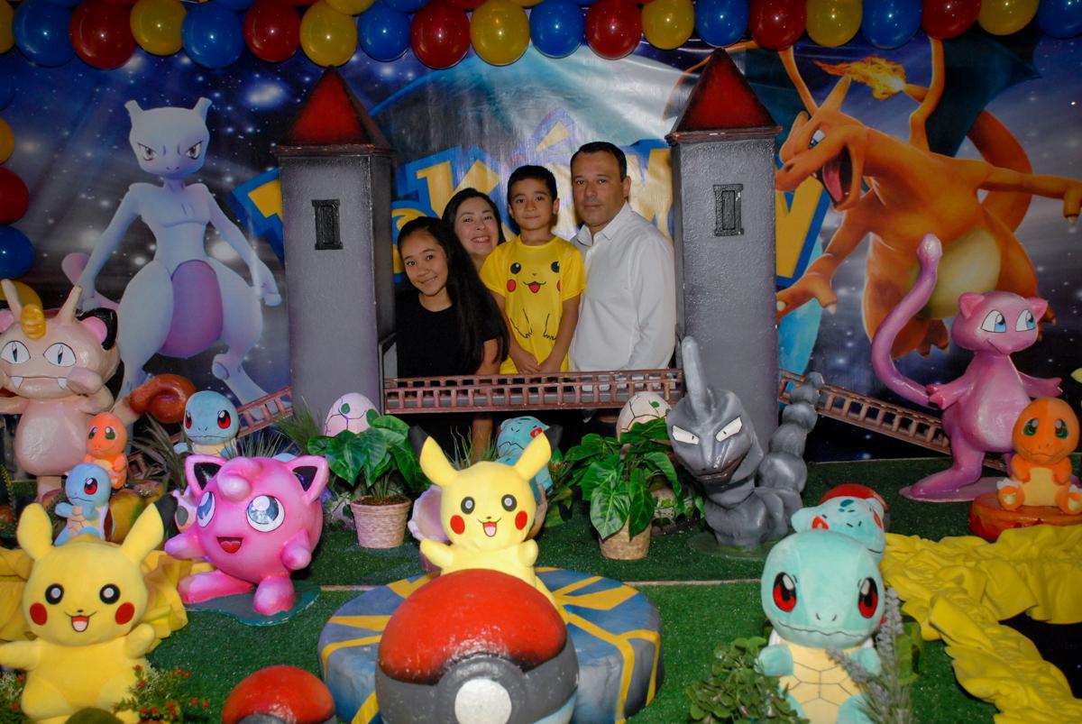 fotografia-da-família-no-buffet-planeta-kids-lapa-são-paulo-sp-fotografia-filmagem-infantil-aniversário-rafael-7-anos-tema-da-festa-pokemon