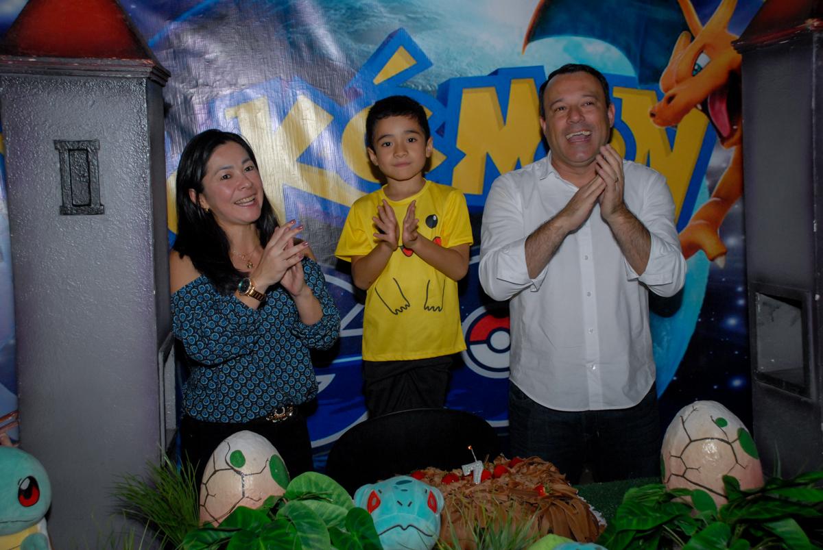 cantando-parabéns-no-buffet-planeta-kids-lapa-são-paulo-sp-fotografia-filmagem-infantil-aniversário-rafael-7-anos-tema-da-festa-pokemon