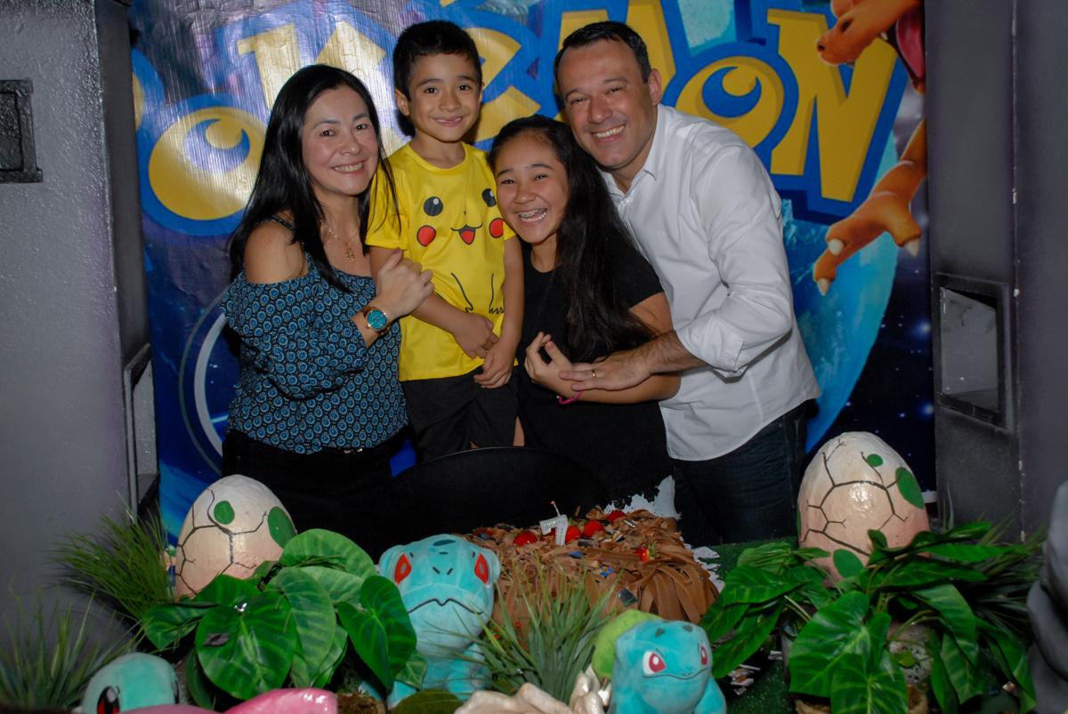 foto-da-família-na-mesa-do-parabéns-no-buffet-planeta-kids-lapa-são-paulo-sp-fotografia-filmagem-infantil-aniversário-rafael-7-anos-tema-da-festa-pokemon