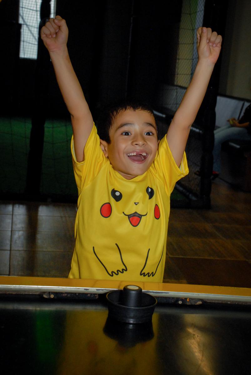 comemoração-de-gol-no-buffet-planeta-kids-lapa-são-paulo-sp-fotografia-filmagem-infantil-aniversário-rafael-7-anos-tema-da-festa-pokemon