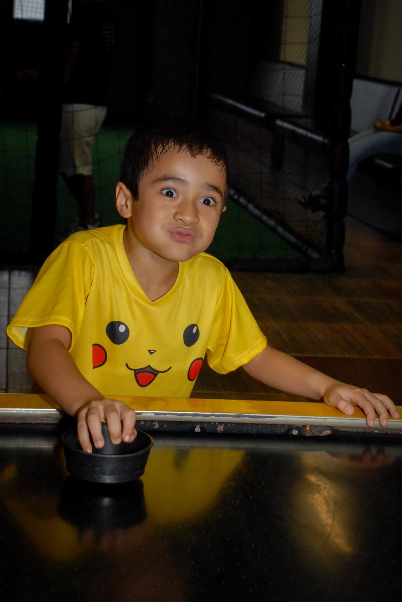 jogo-de-futebol-no-buffet-planeta-kids-lapa-são-paulo-sp-fotografia-filmagem-infantil-aniversário-rafael-7-anos-tema-da-festa-pokemon