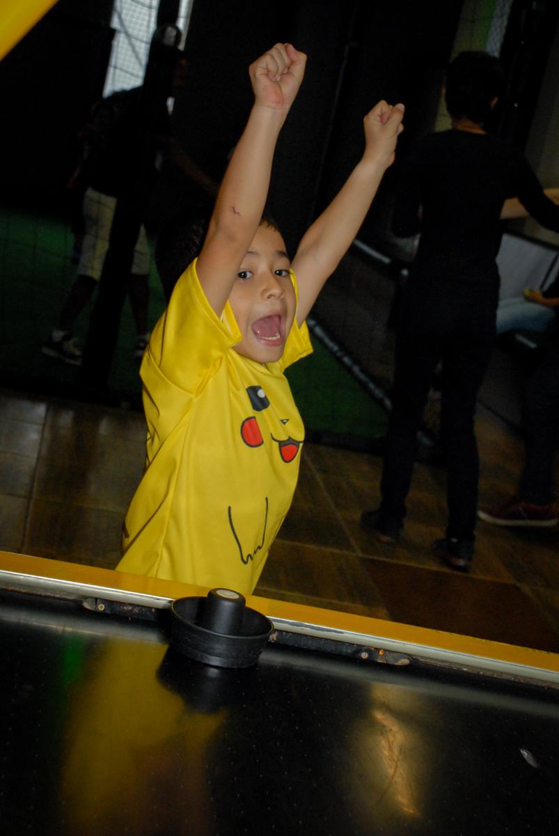 vitória-no-jogo-de-futebol-no-buffet-planeta-kids-lapa-são-paulo-sp-fotografia-filmagem-infantil-aniversário-rafael-7-anos-tema-da-festa-pokemon
