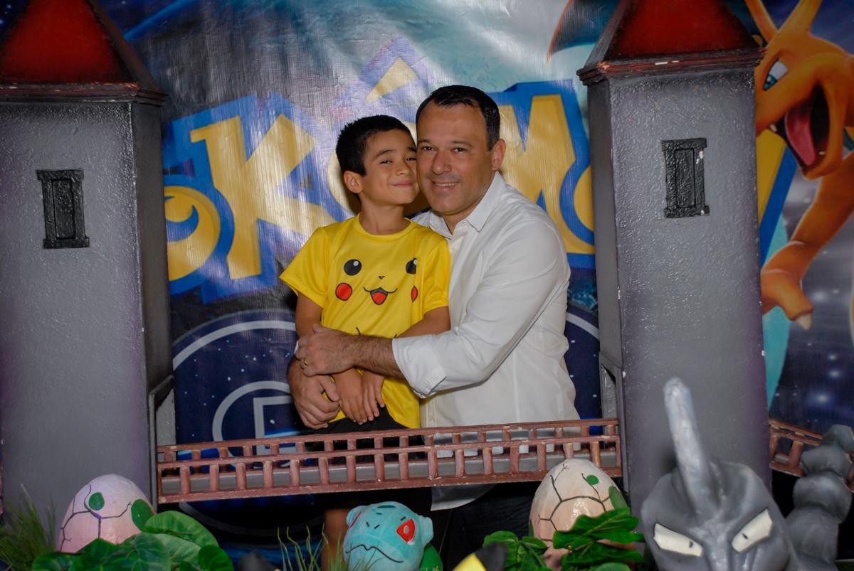 fotografia-pai-e-filho-no-buffet-planeta-kids-lapa-são-paulo-sp-fotografia-filmagem-infantil-aniversário-rafael-7-anos-tema-da-festa-pokemon