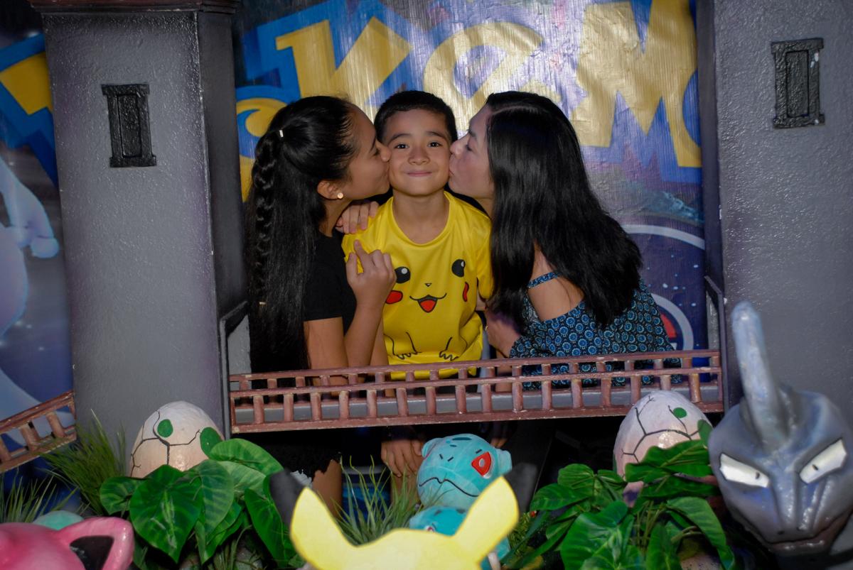 beijo-da-mae-e-irmã-no-buffet-planeta-kids-lapa-são-paulo-sp-fotografia-filmagem-infantil-aniversário-rafael-7-anos-tema-da-festa-pokemon