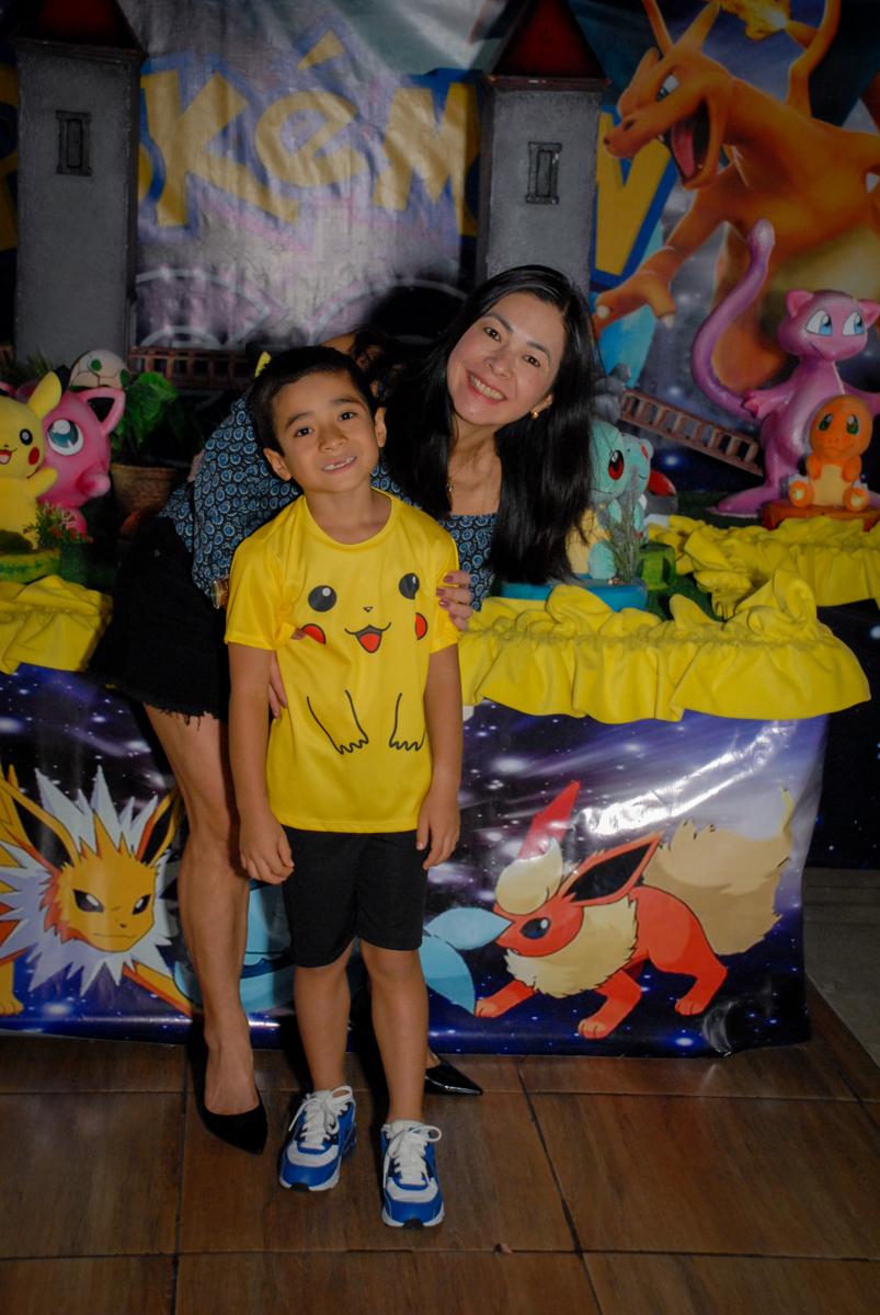 foto=mãe-e-filho-no-buffet-planeta-kids-lapa-são-paulo-sp-fotografia-filmagem-infantil-aniversário-rafael-7-anos-tema-da-festa-pokemon