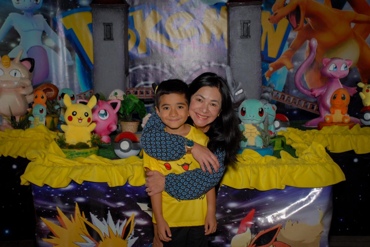 abraço-da-mamãe-no-buffet-planeta-kids-lapa-são-paulo-sp-fotografia-filmagem-infantil-aniversário-rafael-7-anos-tema-da-festa-pokemon