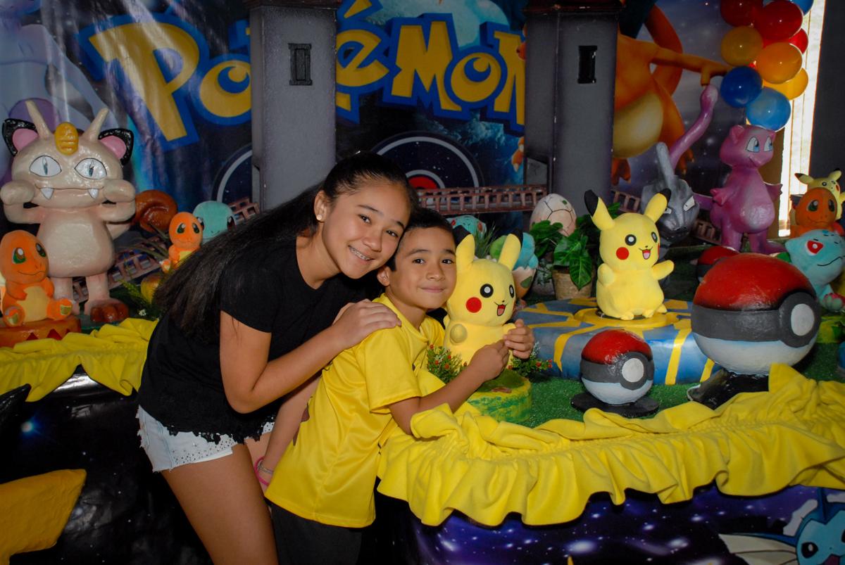 foto-com-a-irmã-no-buffet-planeta-kids-lapa-são-paulo-sp-fotografia-filmagem-infantil-aniversário-rafael-7-anos-tema-da-festa-pokemon