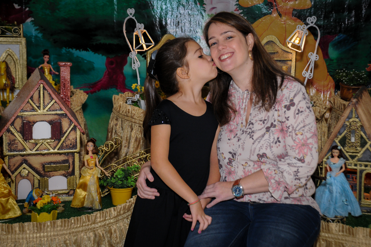 mae-ganha-beijo-no-buffet-fábrica-da-alegria-osasco-sáo-paulo-sp-fotografia-infantil-aniversário-de-ana-7-anos-tema-da-festa-a-bela-e-a-fera