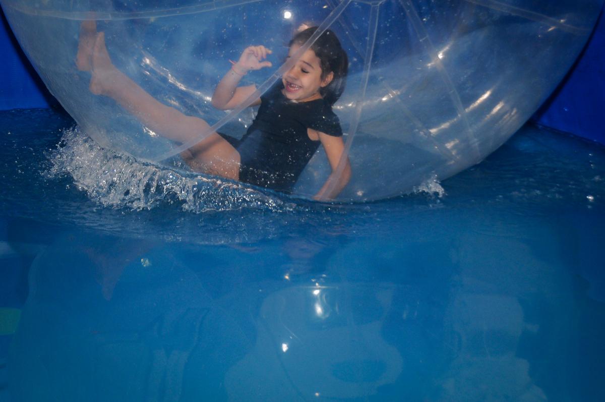 brincando-no-aquabol-no-buffet-fábrica-da-alegria-osasco-sáo-paulo-sp-fotografia-infantil-aniversário-de-ana-7-anos-tema-da-festa-a-bela-e-a-fera