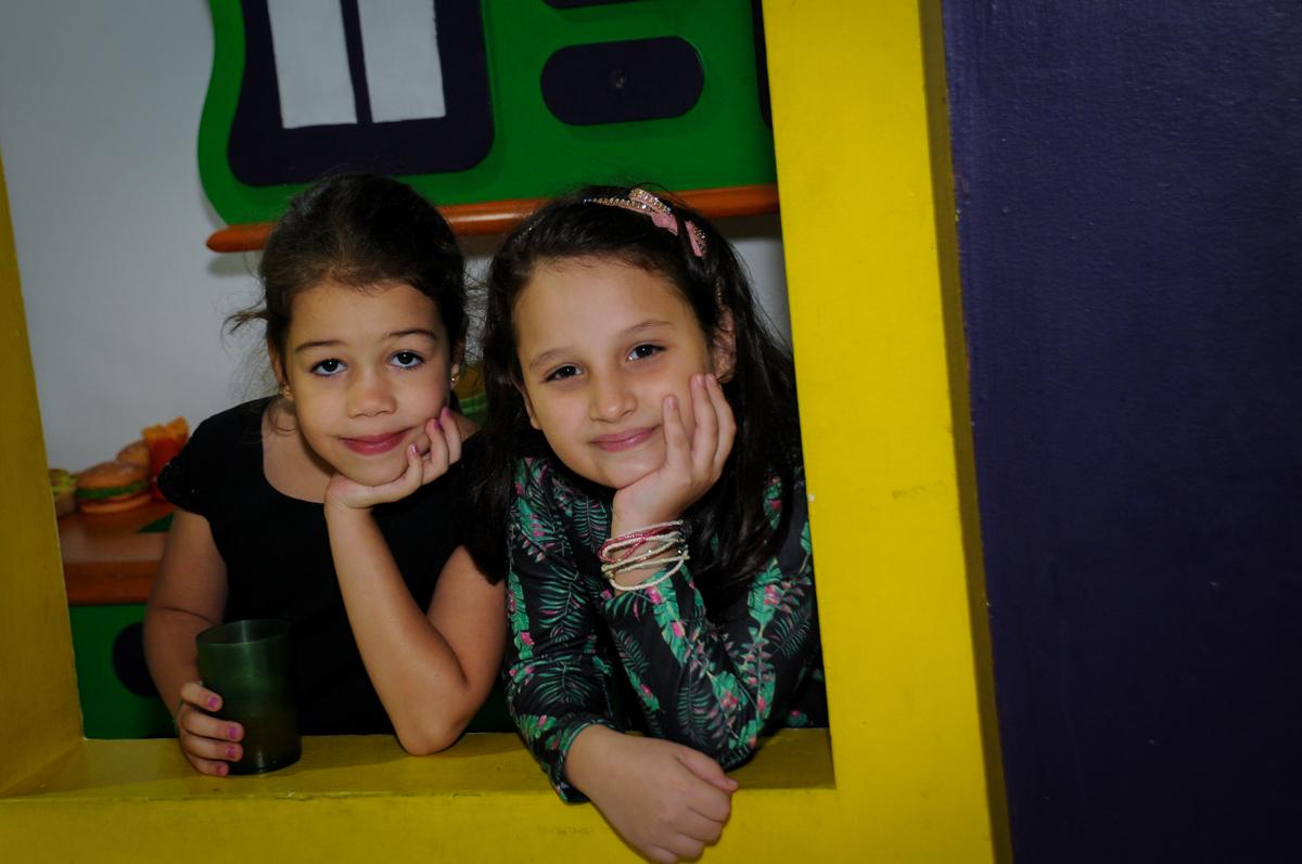 fotografia-na-casa-de-bonecas-no-buffet-fábrica-da-alegria-osasco-sáo-paulo-sp-fotografia-infantil-aniversário-de-ana-7-anos-tema-da-festa-a-bela-e-a-fera