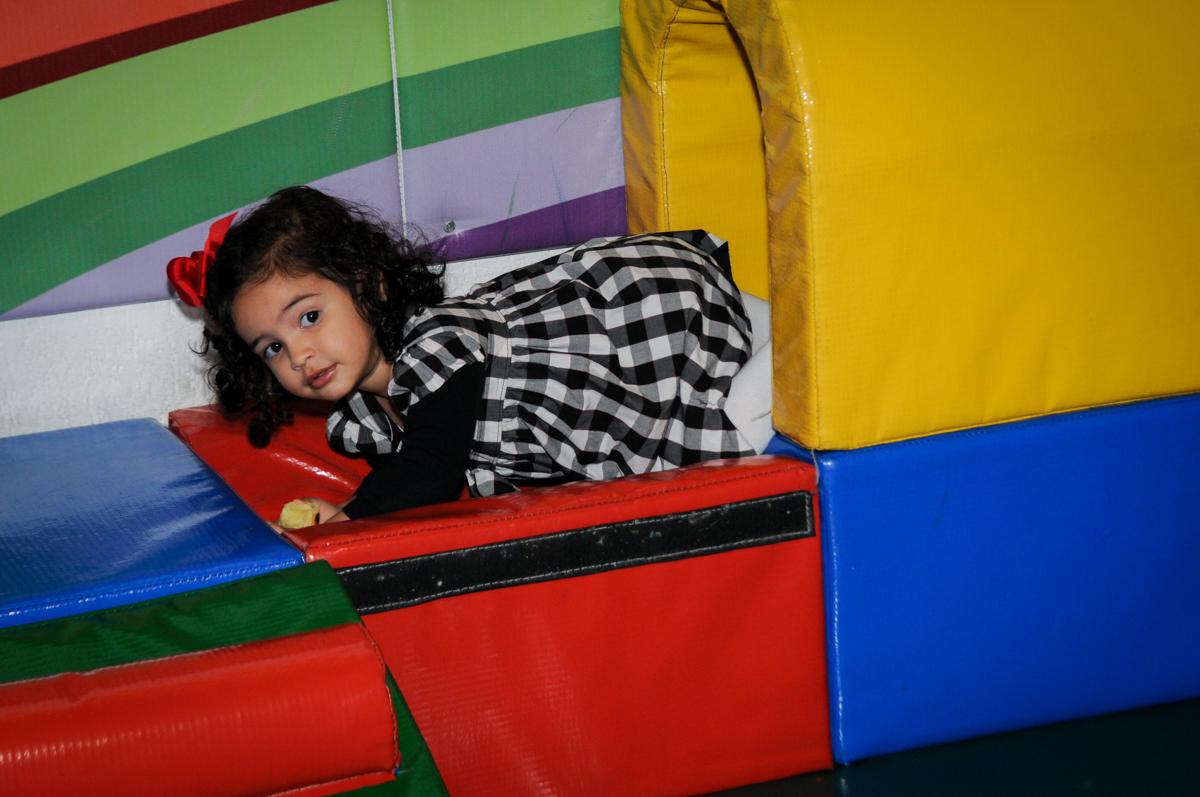 bebê-brinca-na-área-baby-no-buffet-fábrica-da-alegria-osasco-sáo-paulo-sp-fotografia-infantil-aniversário-de-ana-7-anos-tema-da-festa-a-bela-e-a-fera