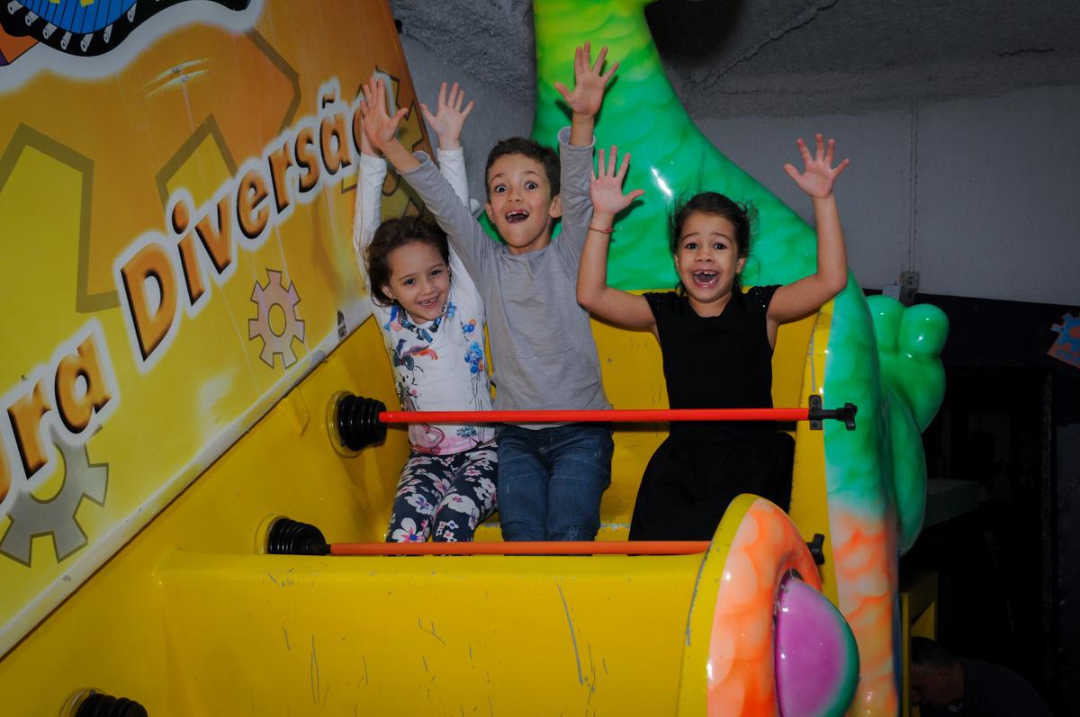 todos-querem-brincar-no-barco-vick-no-buffet-fábrica-da-alegria-osasco-sáo-paulo-sp-fotografia-infantil-aniversário-de-ana-7-anos-tema-da-festa-a-bela-e-a-fera