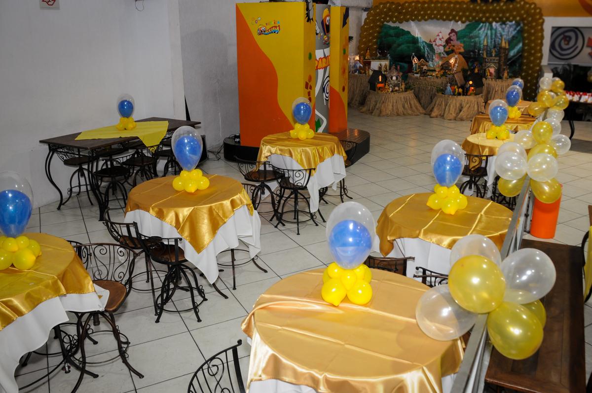 mesas-decoradas-com-bexigas-no-buffet-fábrica-da-alegria-osasco-sáo-paulo-sp-fotografia-infantil-aniversário-de-ana-7-anos-tema-da-festa-a-bela-e-a-fera