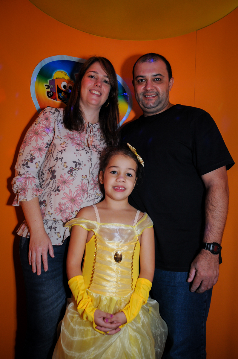 saindo-da-máquina-do-parabéns-nobuffet-fábrica-da-alegria-osasco-sáo-paulo-sp-fotografia-infantil-aniversário-de-ana-7-anos-tema-da-festa-a-bela-e-a-fera