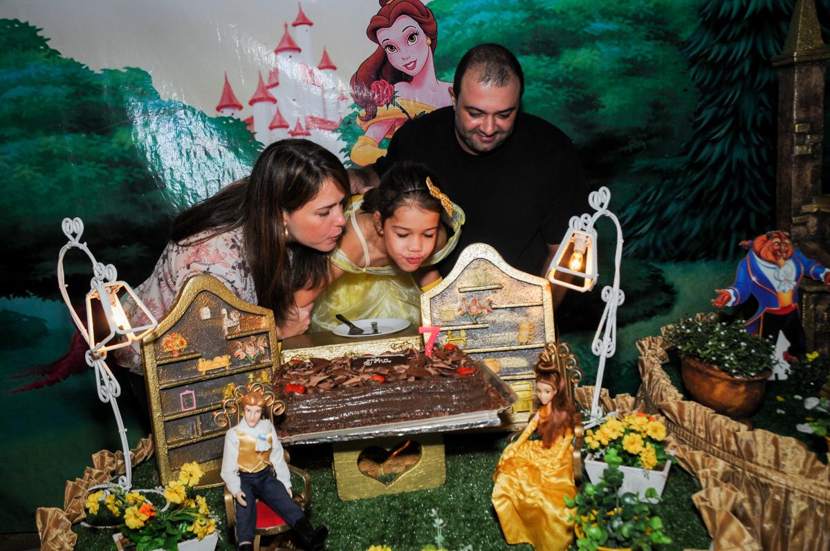 soprando-a-vela-do--bolo-no-buffet-fábrica-da-alegria-osasco-sáo-paulo-sp-fotografia-infantil-aniversário-de-ana-7-anos-tema-da-festa-a-bela-e-a-fera