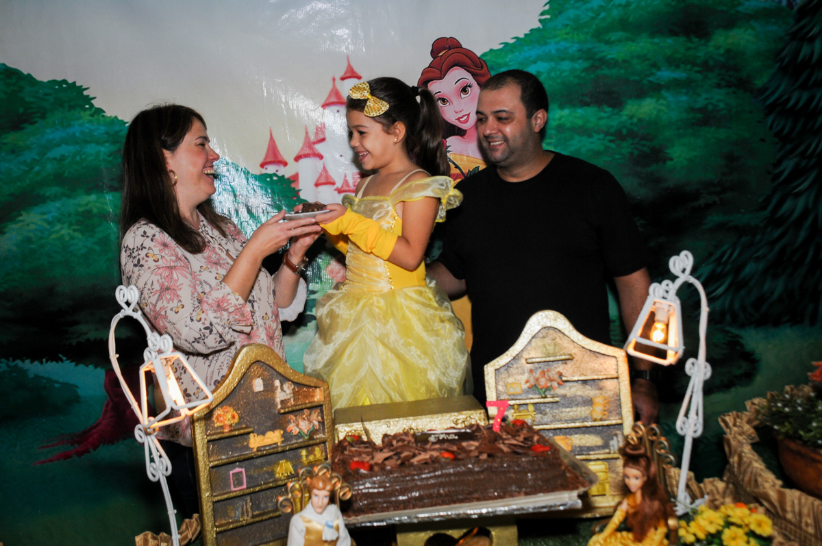 mamãe-ganha-o-primeiro-pedaço-de-bolo-no-buffet-fábrica-da-alegria-osasco-sáo-paulo-sp-fotografia-infantil-aniversário-de-ana-7-anos-tema-da-festa-a-bela-e-a-fera