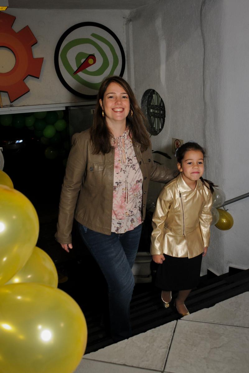 entrada-da-família-no-buffet-fábrica-da-alegria-osasco-sáo-paulo-sp-fotografia-infantil-aniversário-de-ana-7-anos-tema-da-festa-a-bela-e-a-fera