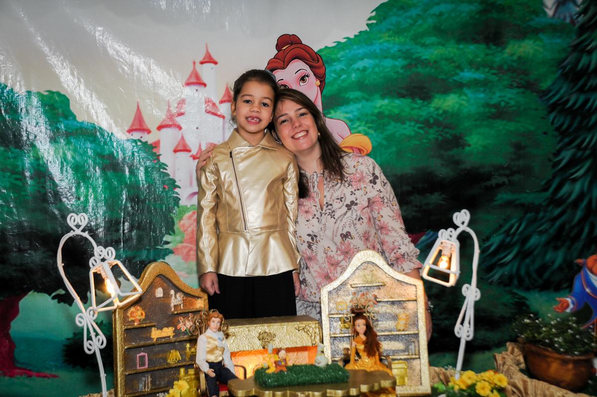 foto-mãe-e-filha-na-mesa-decorada-no-buffet-fábrica-da-alegria-osasco-sáo-paulo-sp-fotografia-infantil-aniversário-de-ana-7-anos-tema-da-festa-a-bela-e-a-fera