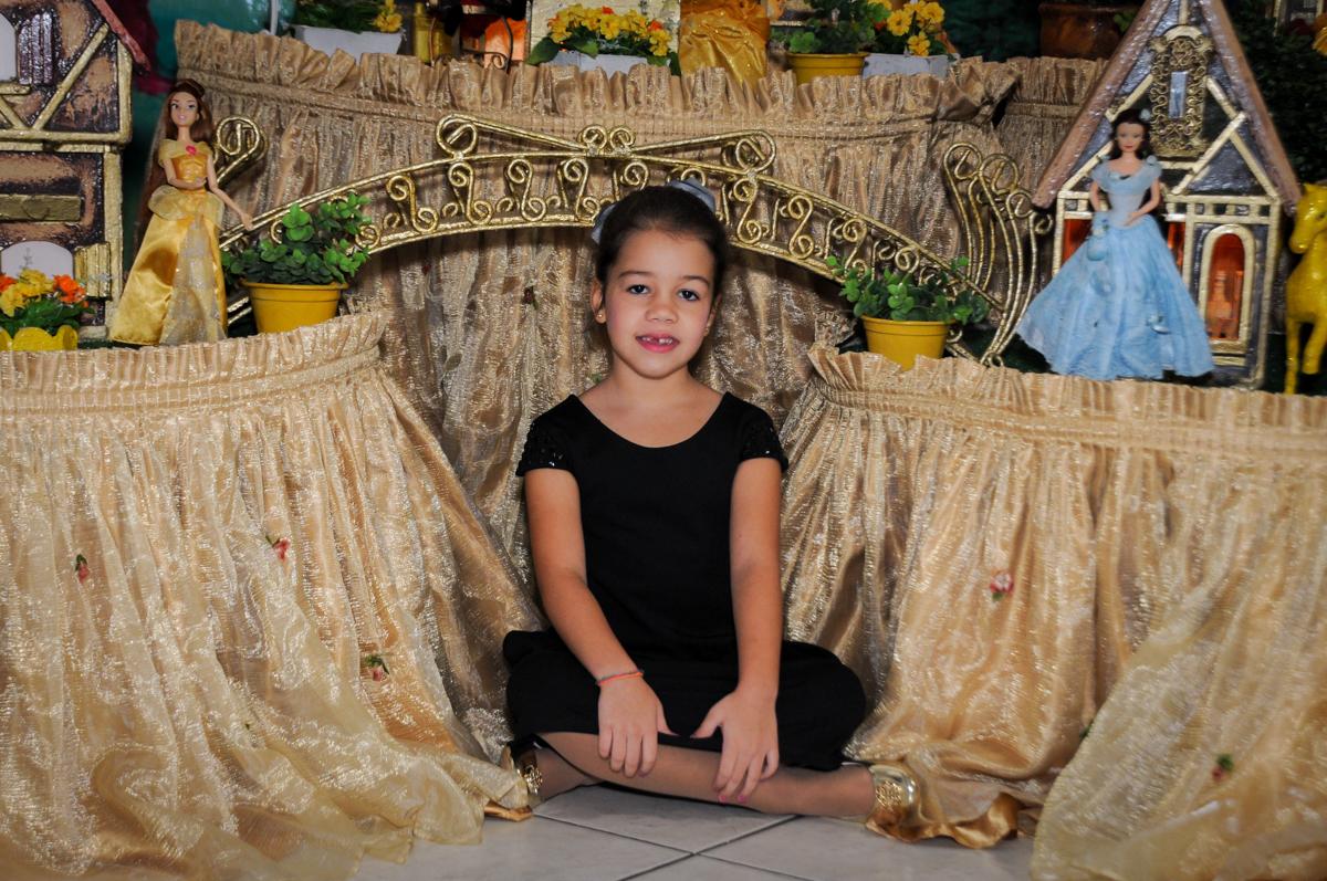 aniversariante-sendo-fotografada-no-buffet-fábrica-da-alegria-osasco-sáo-paulo-sp-fotografia-infantil-aniversário-de-ana-7-anos-tema-da-festa-a-bela-e-a-fera