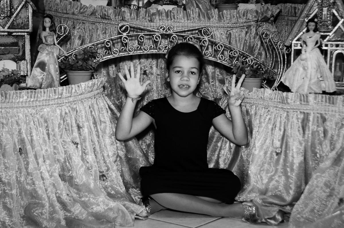 aniversariante-feliz-no-buffet-fábrica-da-alegria-osasco-sáo-paulo-sp-fotografia-infantil-aniversário-de-ana-7-anos-tema-da-festa-a-bela-e-a-fera