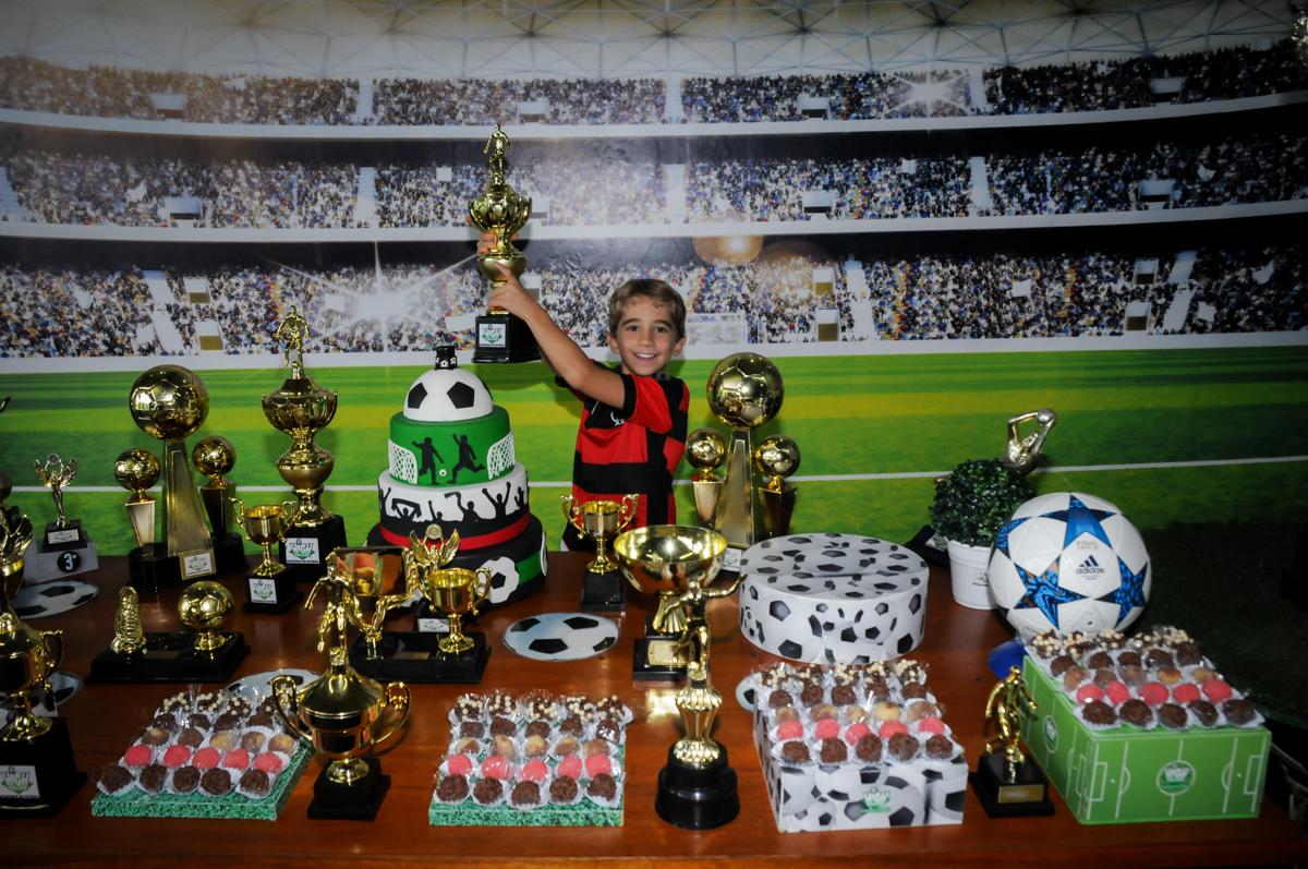 levantando-a-taça-no-Buffet-High-Soccer-Morumbi-São-paulo-SP-festa-infantil-aniversário-de-Felipe-8-anos-tema-da-festa-futebo