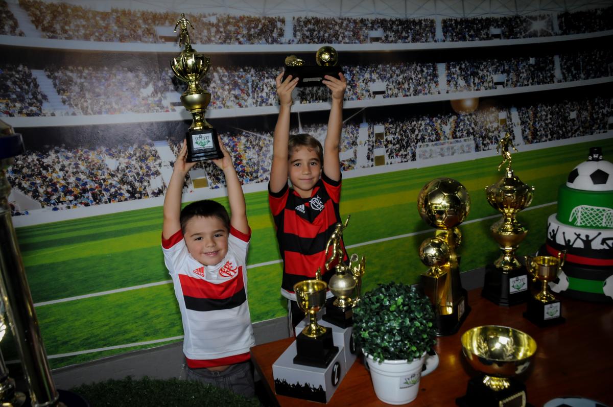 fotografia-dos-irmãos-no-Buffet-High-Soccer-Morumbi-São-paulo-SP-festa-infantil-aniversário-de-Felipe-8-anos-tema-da-festa-futebo