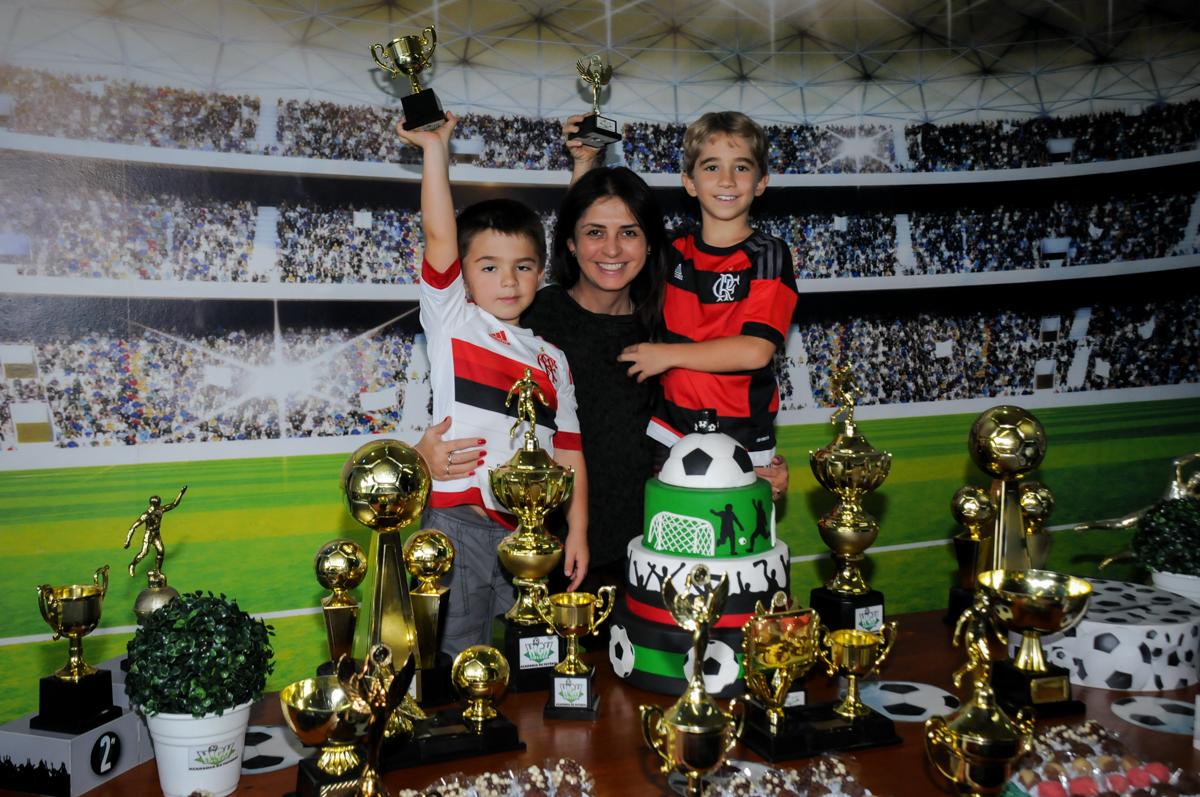 foto-mãe-e-filhos-no-Buffet-High-Soccer-Morumbi-São-paulo-SP-festa-infantil-aniversário-de-Felipe-8-anos-tema-da-festa-futebo