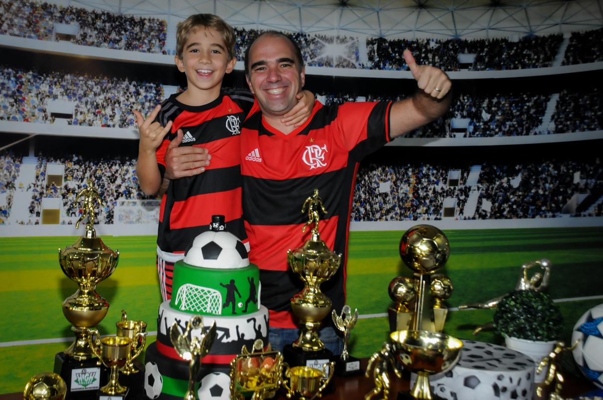 foto-pai-e-filho-no-Buffet-High-Soccer-Morumbi-São-paulo-SP-festa-infantil-aniversário-de-Felipe-8-anos-tema-da-festa-futebo