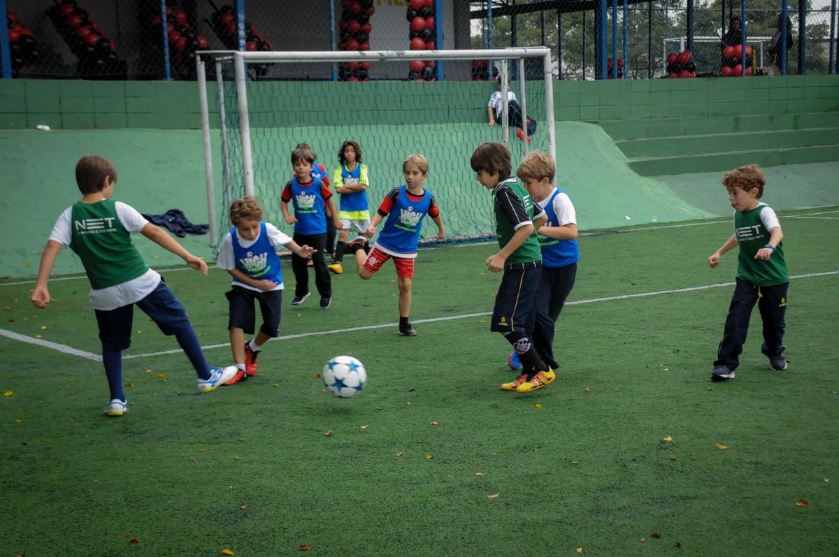 drible-no-jogo-de-futebol-no-Buffet-High-Soccer-Morumbi-São-paulo-SP-festa-infantil-aniversário-de-Felipe-8-anos-tema-da-festa-futebo