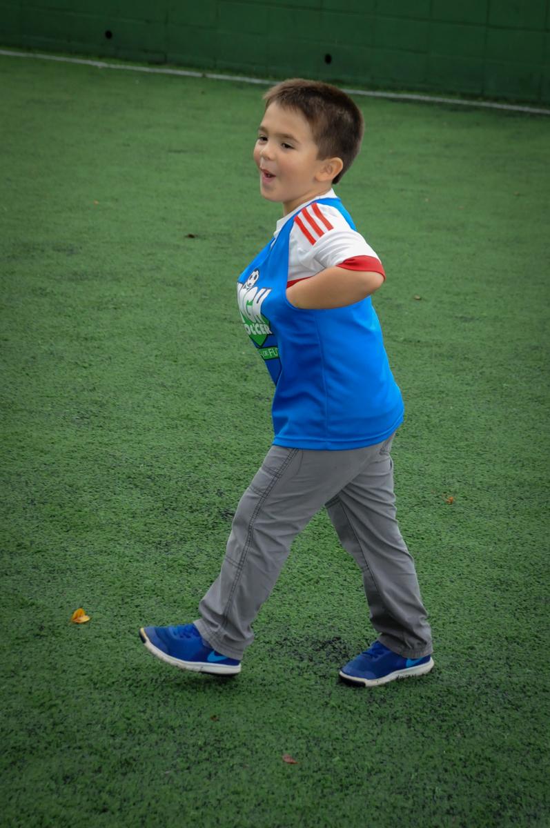 correndo-no-campo-de-futebol-no-Buffet-High-Soccer-Morumbi-São-paulo-SP-festa-infantil-aniversário-de-Felipe-8-anos-tema-da-festa-futebo