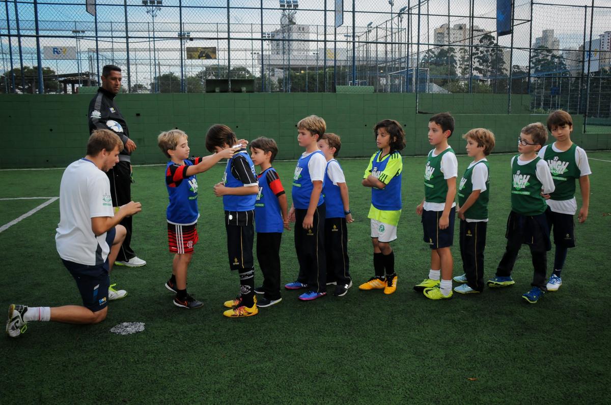 hora-da-entrega-da-medalha-no-Buffet-High-Soccer-Morumbi-São-paulo-SP-festa-infantil-aniversário-de-Felipe-8-anos-tema-da-festa-futebo