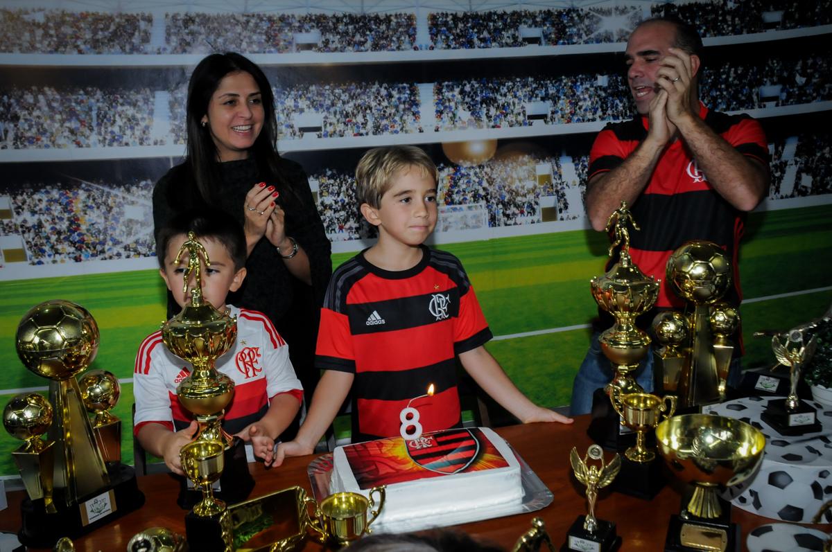 hora-do-parabéns-no-Buffet-High-Soccer-Morumbi-São-paulo-SP-festa-infantil-aniversário-de-Felipe-8-anos-tema-da-festa-futebo