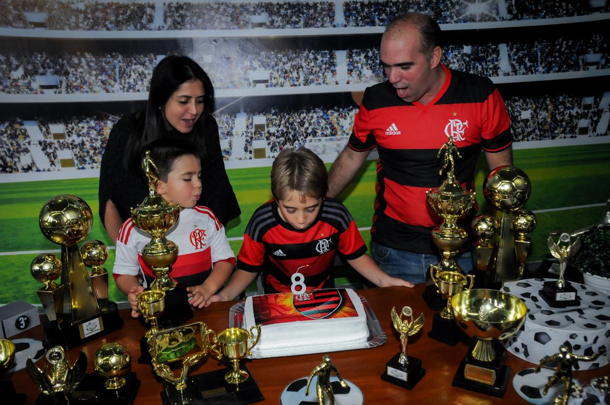 soprando-a-vela-do-bolo-no-Buffet-High-Soccer-Morumbi-São-paulo-SP-festa-infantil-aniversário-de-Felipe-8-anos-tema-da-festa-futebo