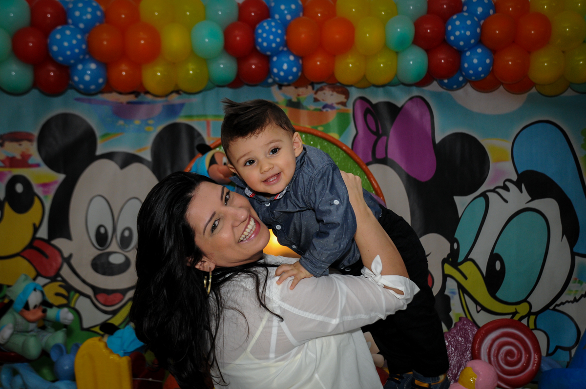 fotografia-mãe-e-filho-no-Buffet-fabrica-da-alegria-morumbi-são-paulo-sp-festa-infantil-aniversário-infantil-pedro-1-ano-tema-da-festa-turma-do-mickey