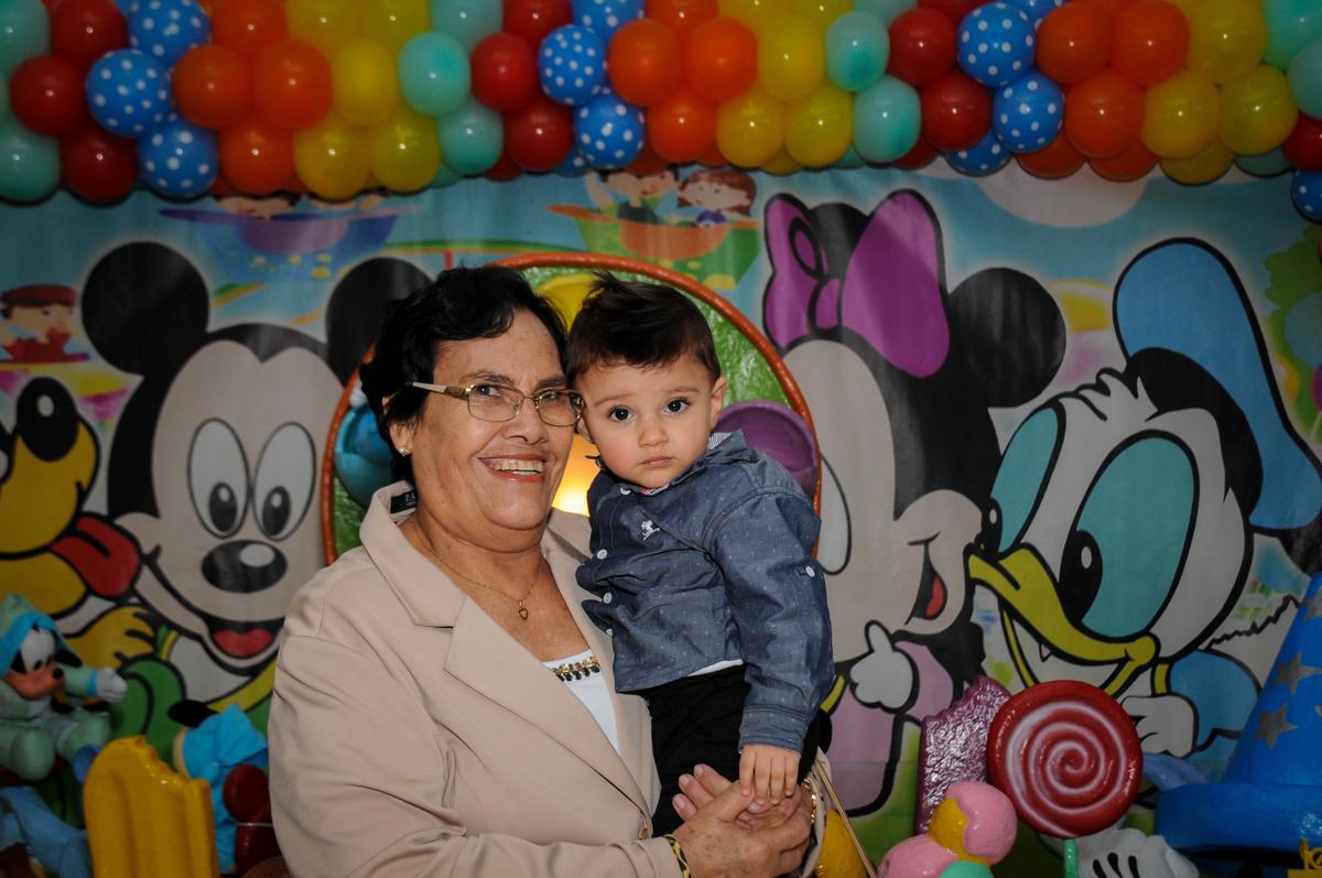 fotografia-vó-e-neto-no-Buffet-fabrica-da-alegria-morumbi-são-paulo-sp-festa-infantil-aniversário-infantil-pedro-1-ano-tema-da-festa-turma-do-mickey