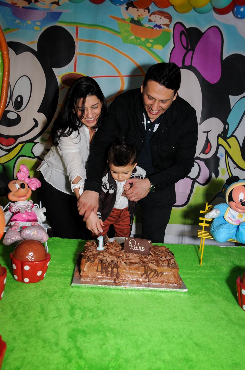 cortando-o-primeiro-pedaço-de-bolo-no-Buffet-fabrica-da-alegria-morumbi-são-paulo-sp-festa-infantil-aniversário-infantil-pedro-1-ano-tema-da-festa-turma-do-mickey