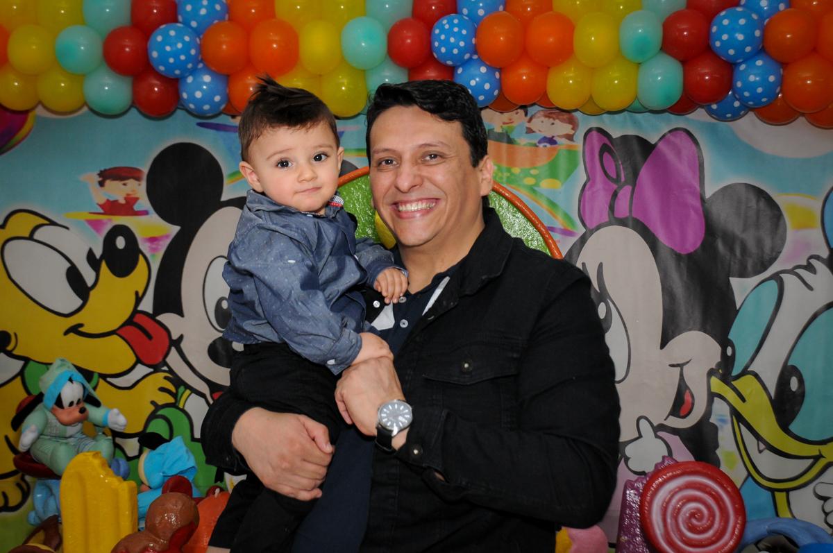 fotografia-pai-e-filho-no-Buffet-fabrica-da-alegria-morumbi-são-paulo-sp-festa-infantil-aniversário-infantil-pedro-1-ano-tema-da-festa-turma-do-mickey