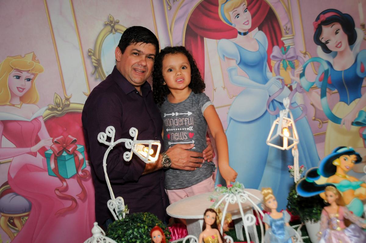 fotografia-pai--e-filha-no-buffet-fábrica-da-alegria,osasco-sp-festa-infantil-aniversário-maria-fernanda-5-anos-tema-da-festa-princesas