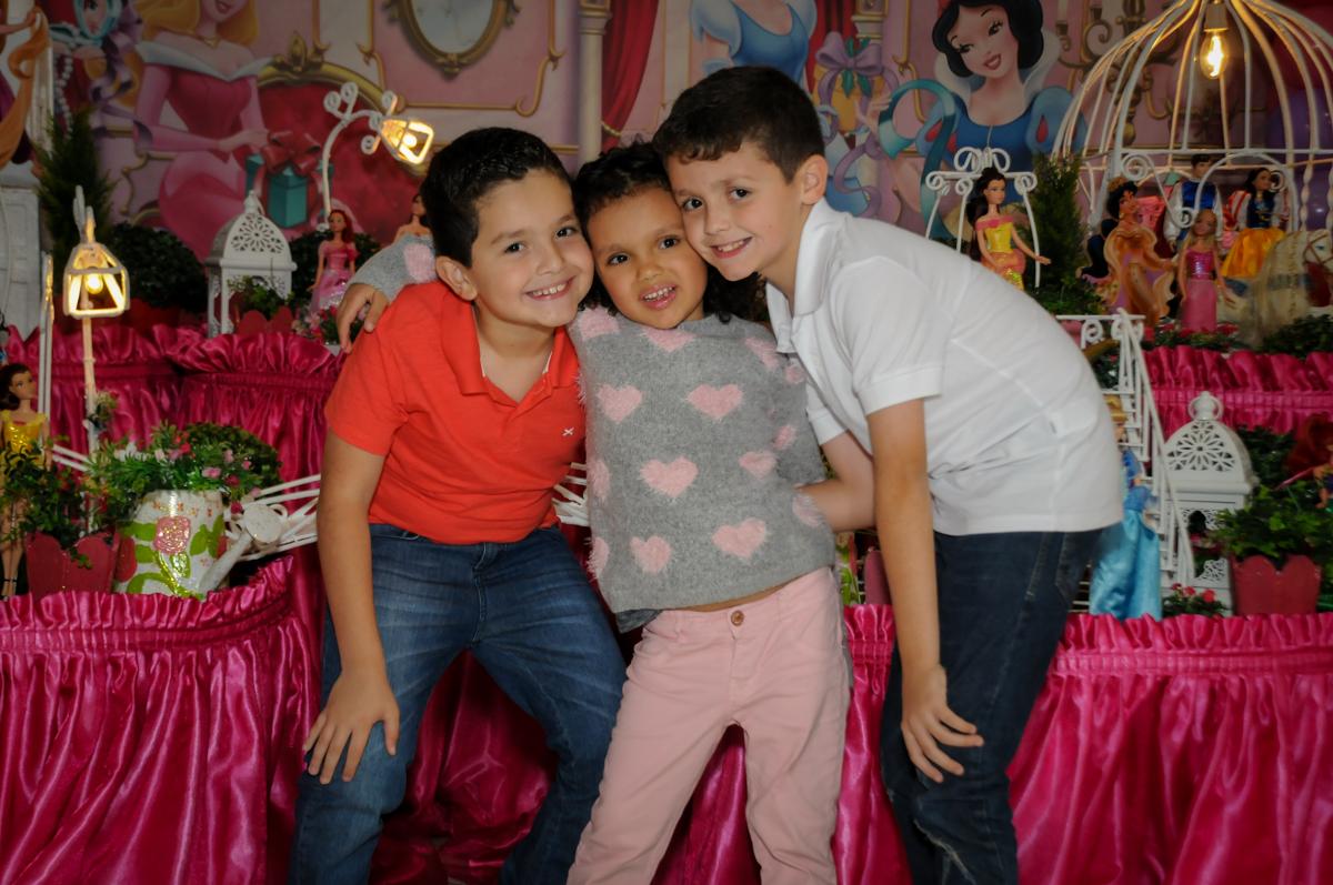 fotografia-dos-irmãos-no-buffet-fábrica-da-alegria,osasco-sp-festa-infantil-aniversário-maria-fernanda-5-anos-tema-da-festa-princesas